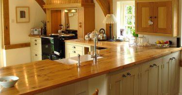 Деревянные кухонные столешницы в интерьере - популярный тренд