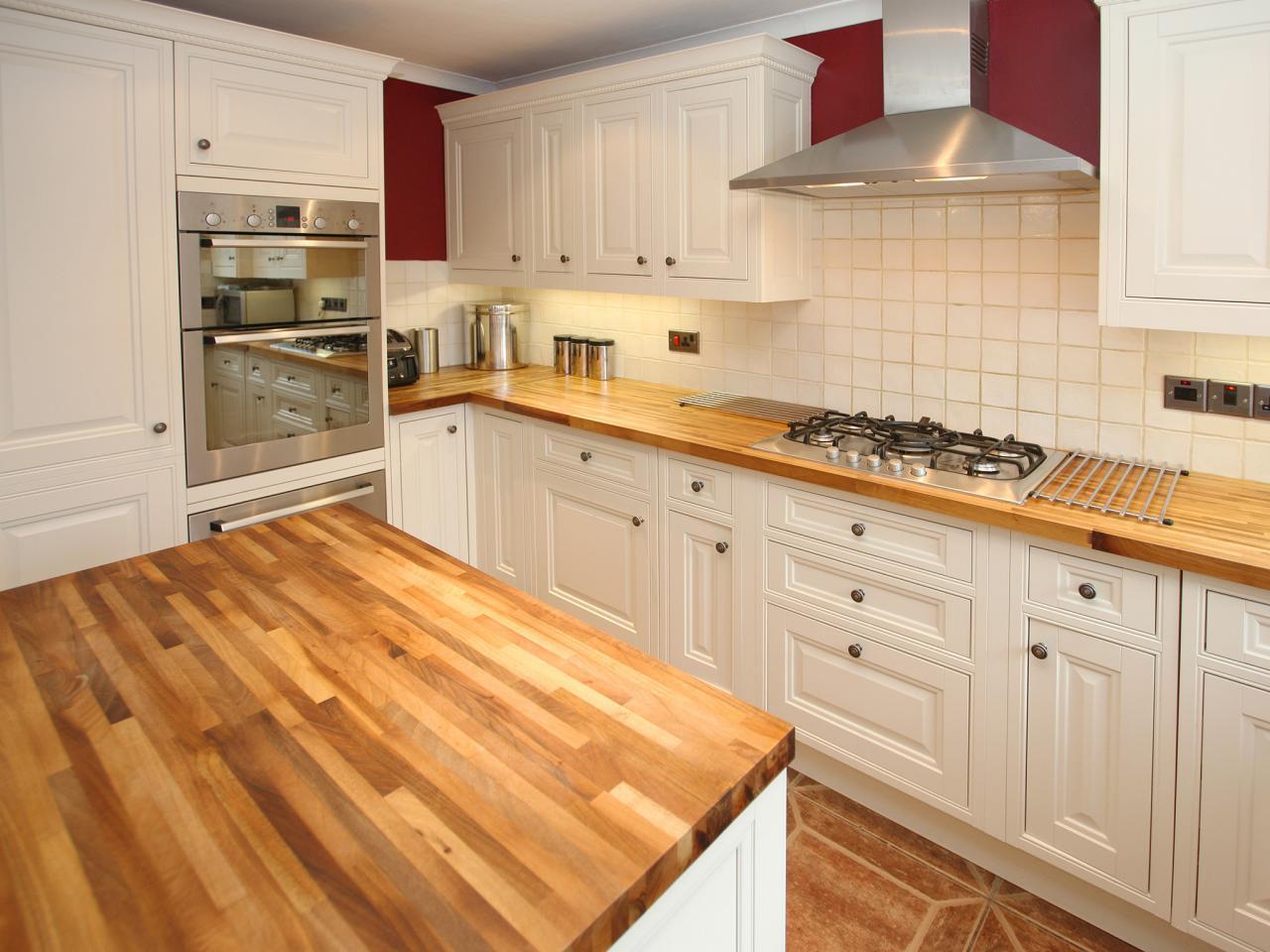 Деревянные кухонные столешницы в светлых тонах - фото 1