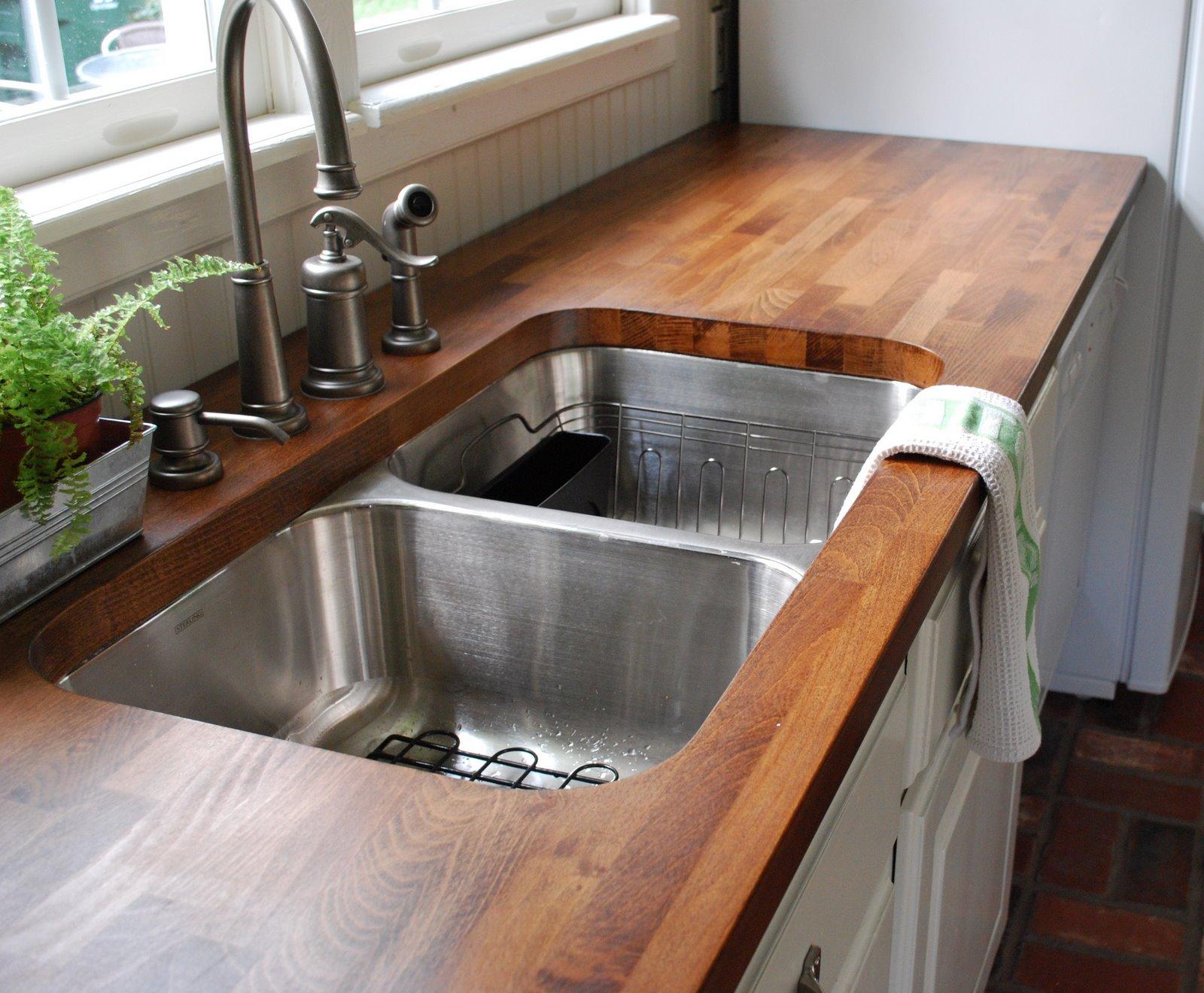Деревянные кухонные столешницы из темного дерева вокруг раковины - фото 1