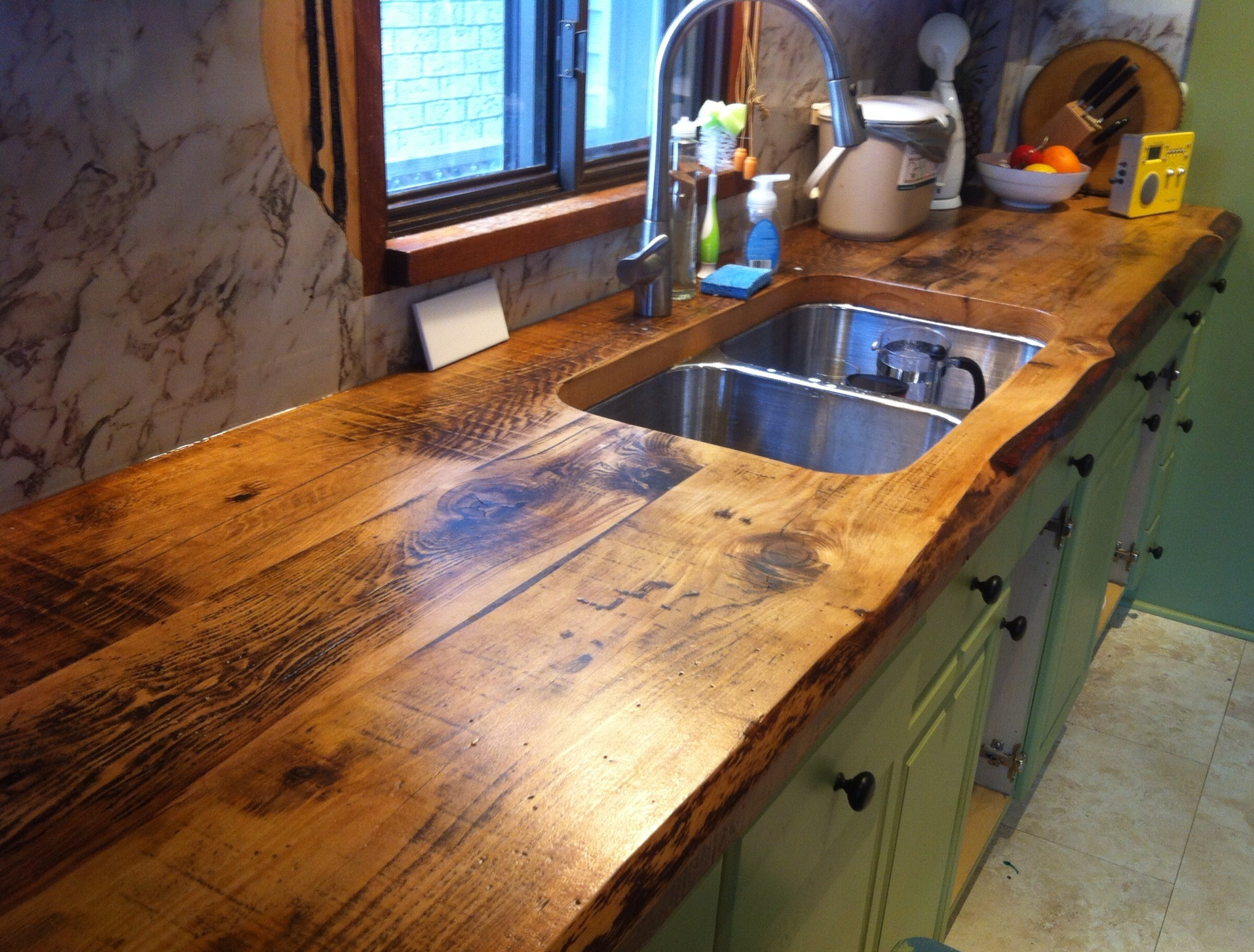 Деревянные кухонные столешницы из темного дерева вокруг раковины - фото 2