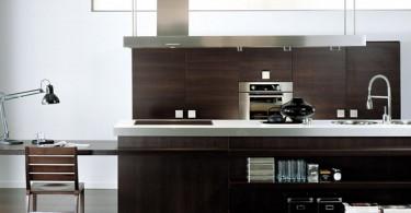 Великолепный дизайн интерьера островной кухни в коричневой гамме