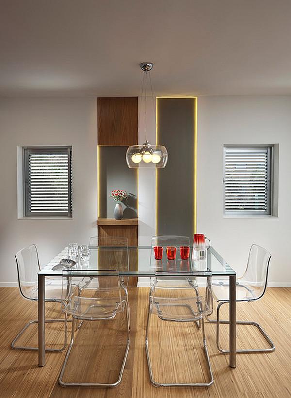 Стеклянный обеденный стол в интерьере кухни