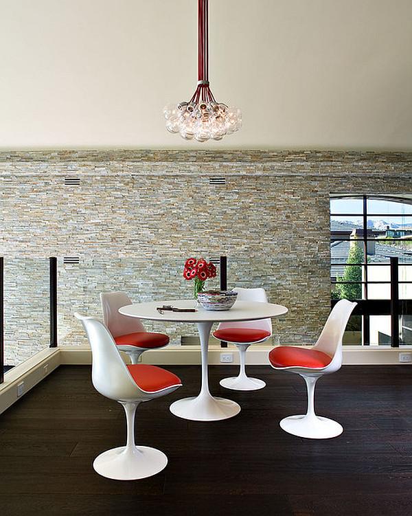 Круглый обеденный стол из белого пластика в интерьере кухни