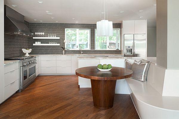 Круглый обеденный стол из натурального дерева в интерьере кухни