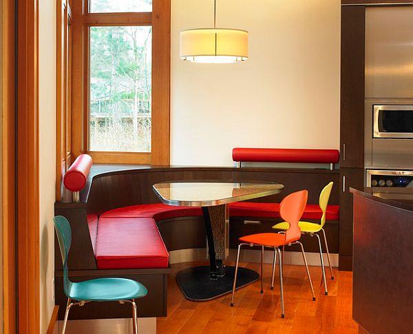 Обеденный стол треугольной формы в интерьере кухонного уголка