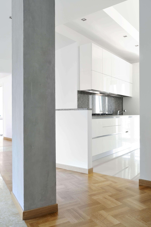 Интерьер кухни в серо-белом цвете
