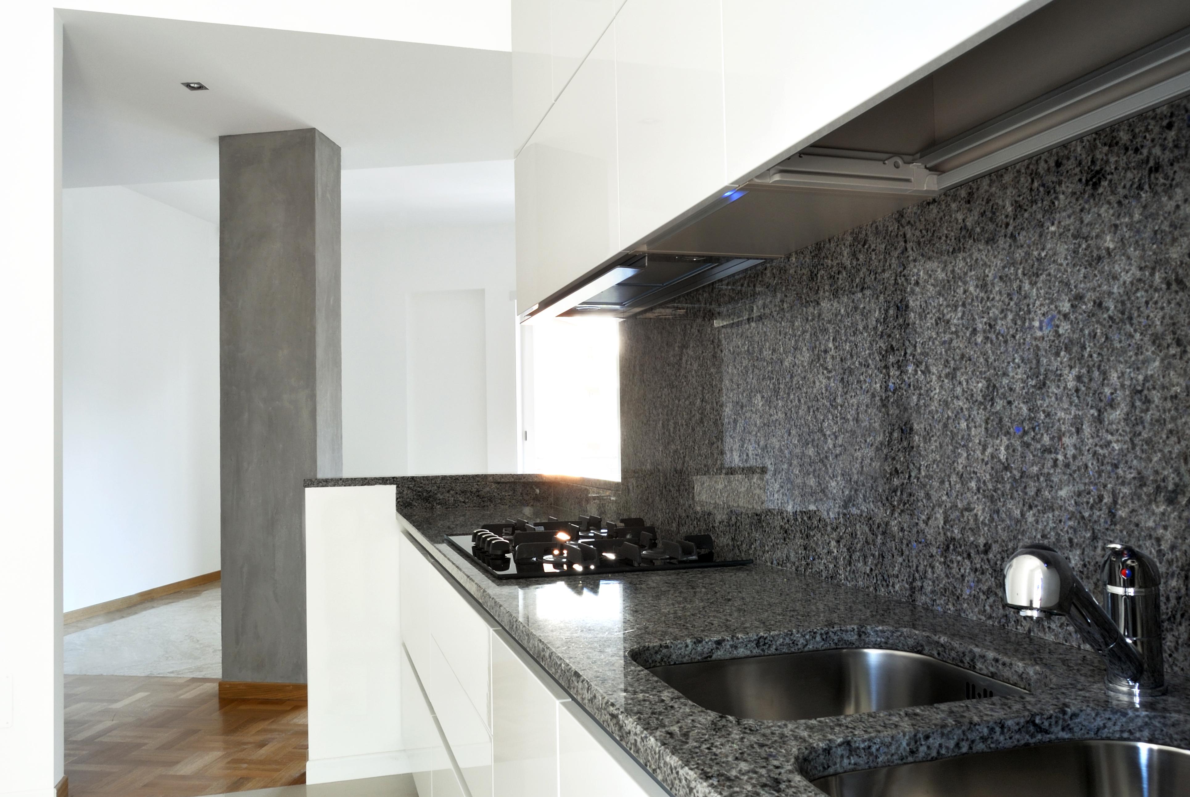 Серый мраморный кухонный фартук