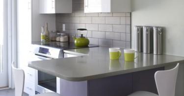 Яркий салатовый чайник в интерьере кухни от Jodi Feinhor-Dennis