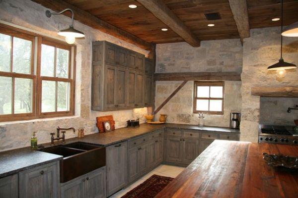 Медная раковина в деревенском стиле интерьера кухни