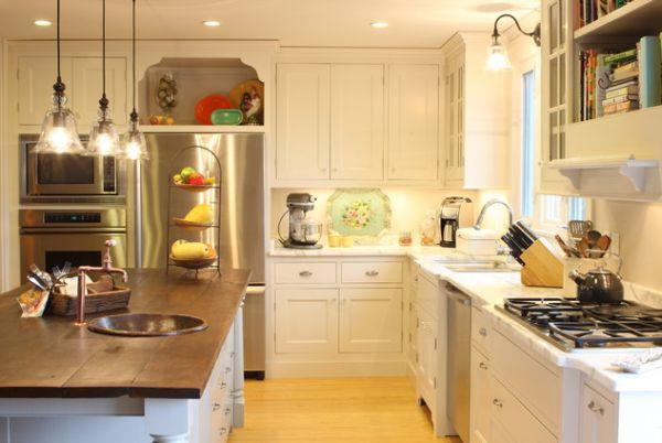 Медная раковина и смеситель в кухонном острове современной кухни
