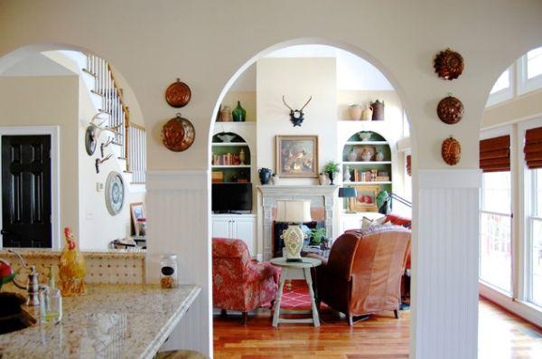 Предметы декора из меди на стене в интерьере кухни