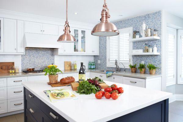 Винтажные подвесные светильники с медными абажурами в интерьере кухни