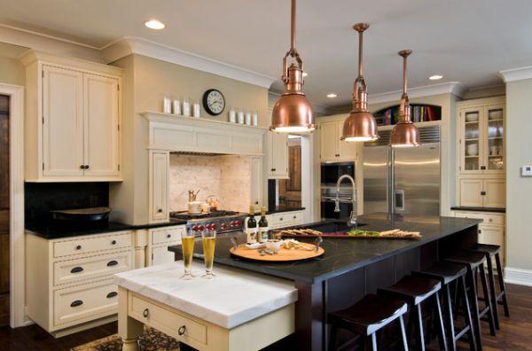 Оригинальные подвесные светильники с медными абажурами в интерьере кухни
