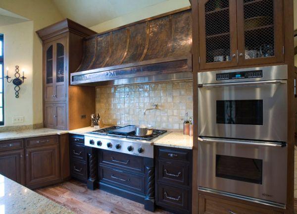Объёмная медная вытяжка в интерьере кухни из тёмного дерева