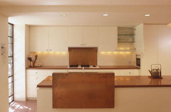 Медный кухонный фартук  в интерьере кухни