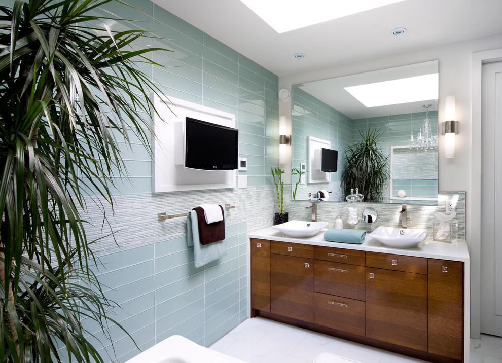 Оригинальное оформление столешницы в интерьере ванной комнаты от Brandon Barre Architectural Interior Photographer