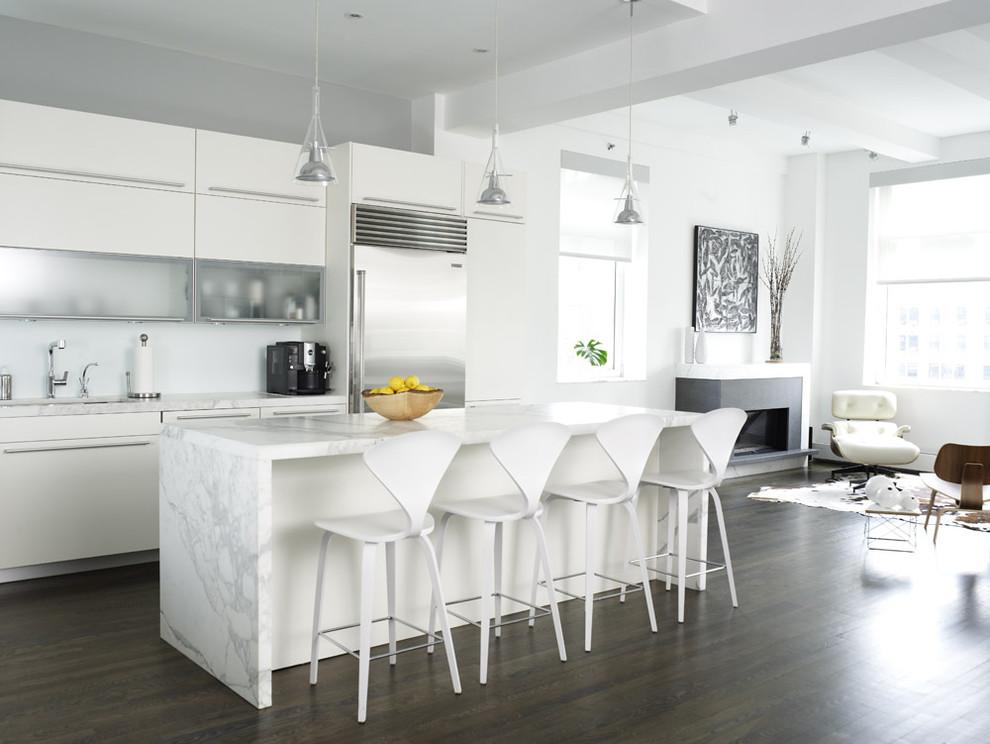 Оригинальное оформление столешницы из белоснежного мрамора с серым орнаментом от Chelsea Atelier Architect, PC