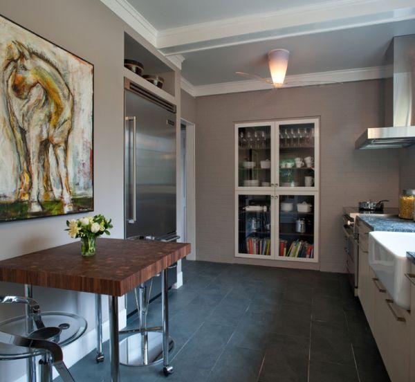 Красвая посуда и предметы декора в кухонном шкафу со стеклянными дверцами