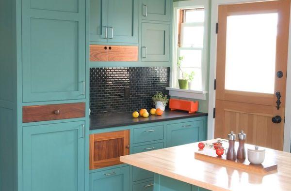 Винтажный интерьер маленькой кухни в бирюзовых оттенках