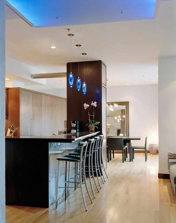 Оригинальные подвесные светильники синего цвета в интерьере кухни