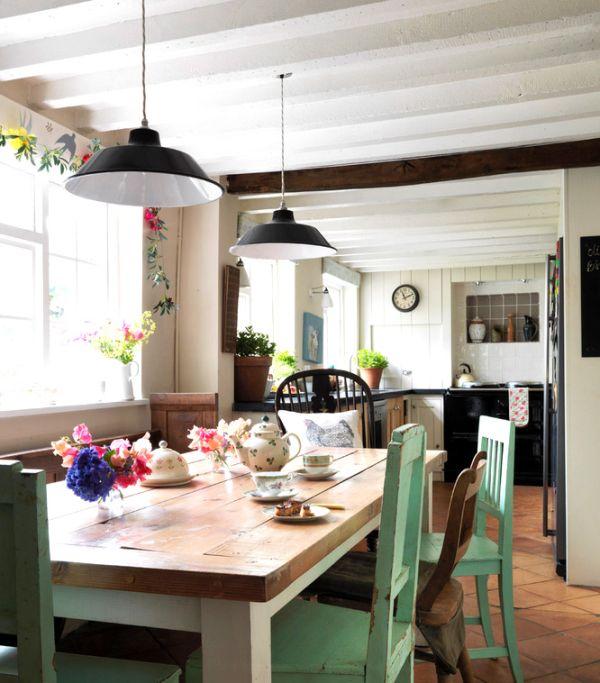 Разноцветные деревянные стулья различных фактур за обеденным столом кухни