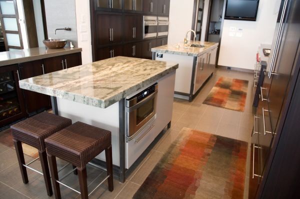 Яркие коврики на полу в интерьере кухни