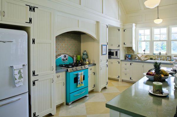 Кухонная плита яркого бирюзового цвета в светлом интерьере кухни