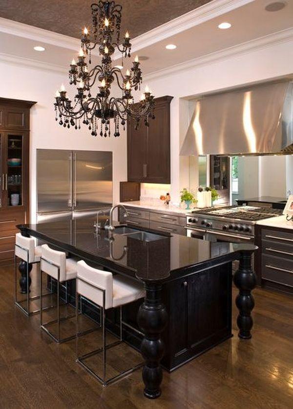Роскошная винтажная люстра  в современном интерьере кухни