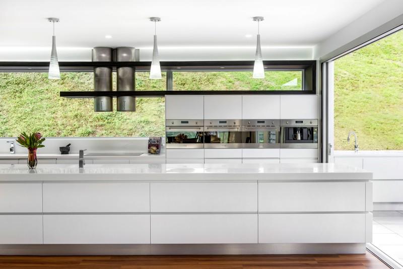 Минималистский дизайн белой глянцевой кухни Kim Duffin
