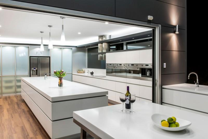 Минималистский дизайн светлой глянцевой кухни