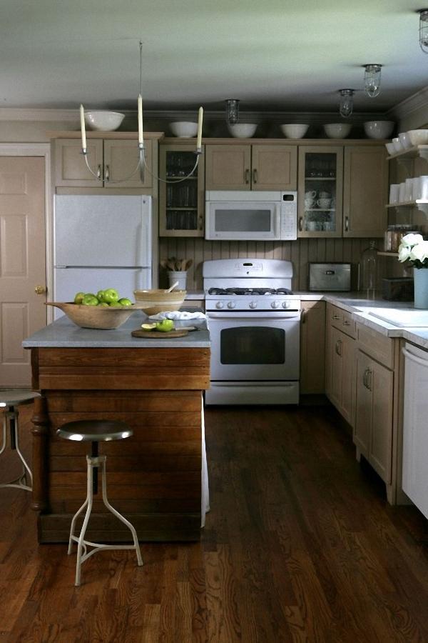 Напольное покрытие из деревянных досок в интерьере кухни