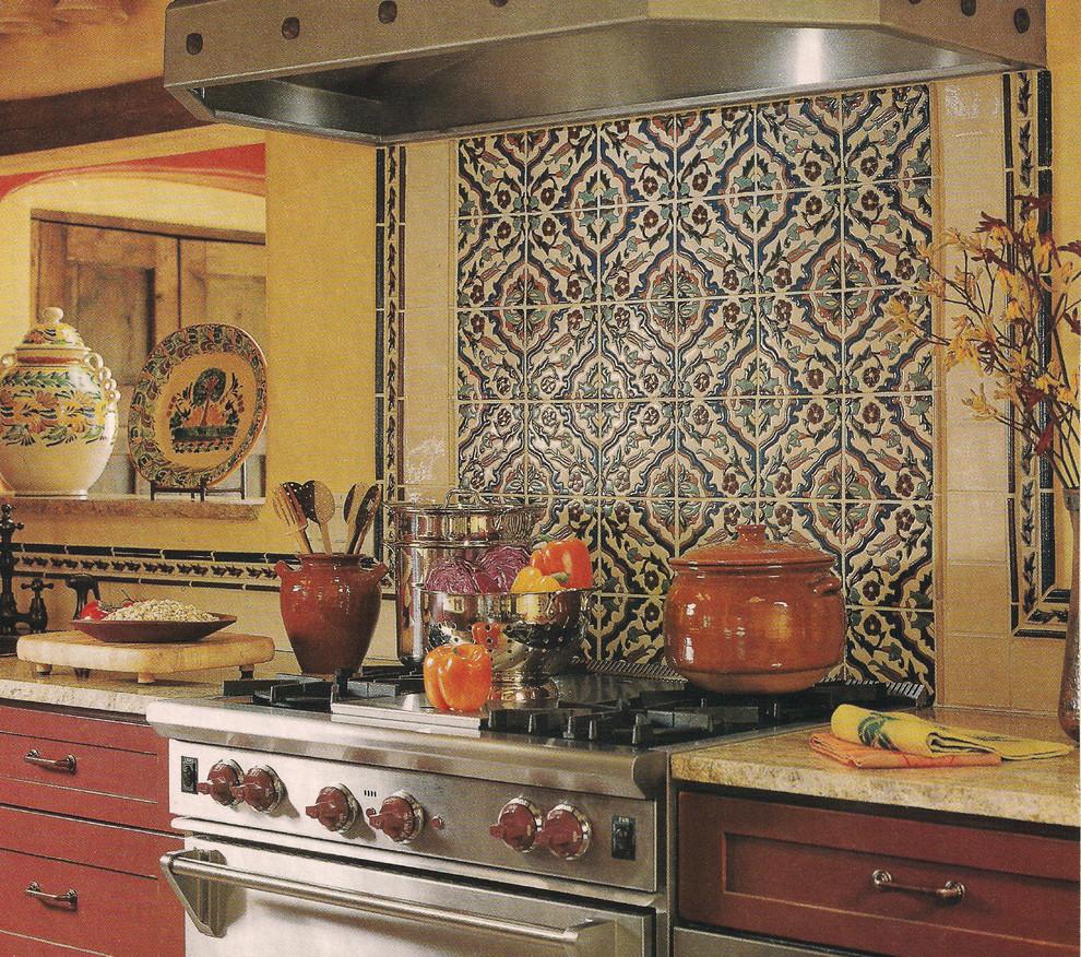 Узорная керамическая плаитка в оформлении кухонного фартука