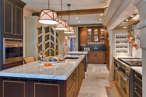 Открытая полка со специями в стильном интерьере кухни