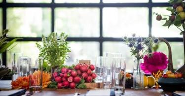 Красочный натюрморт на обеденном столе