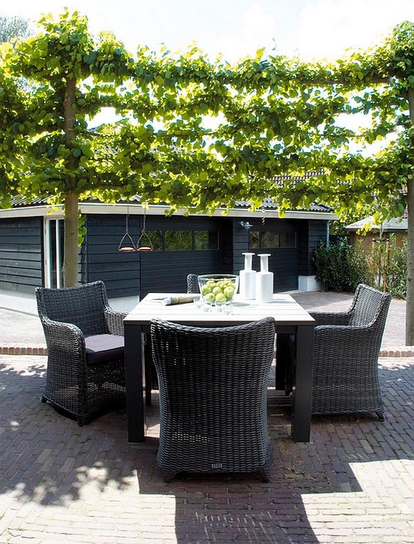 Стильный обеденный стол во внутреннем дворике частного дома