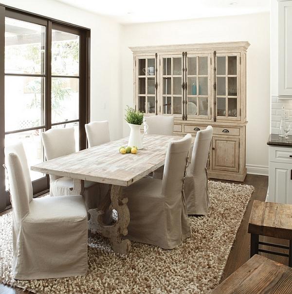 Стильный обеденный стол в ретро-интерьере столовой