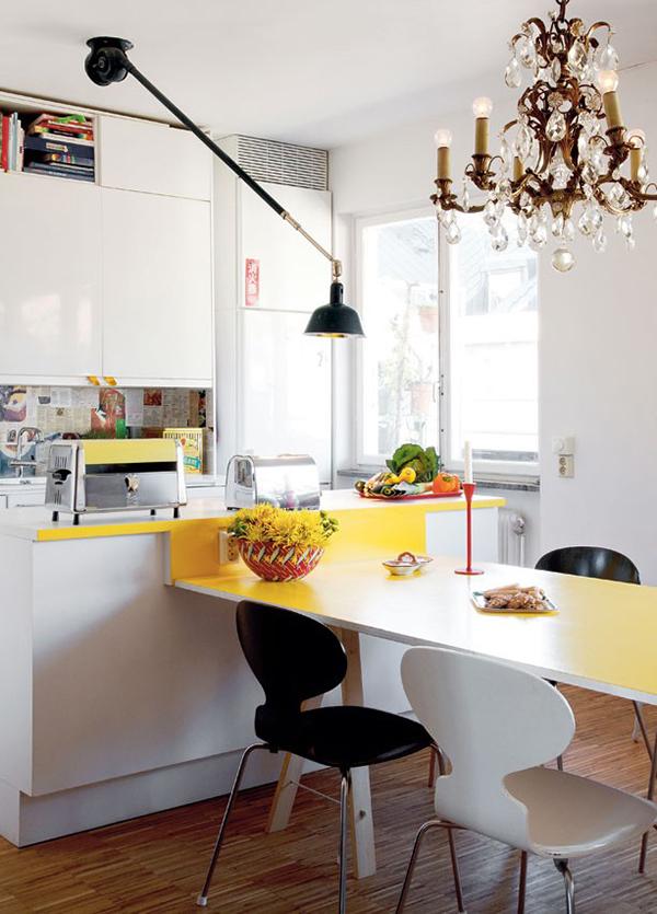 Фанерный стол как продолжение кухонной столешницы в ярком жёлтом цвете