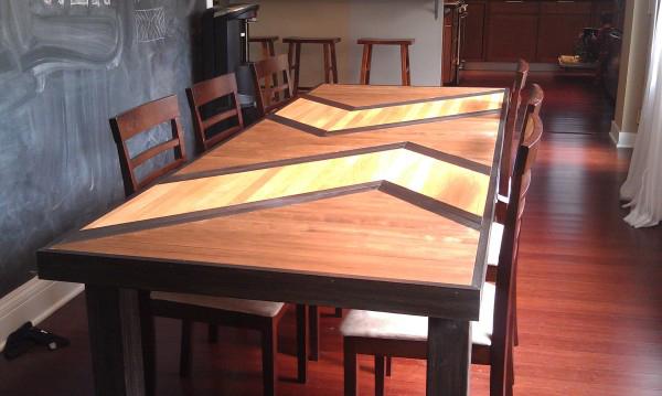 Деревянный стол ручной работы, сложенный из разных по форме частей