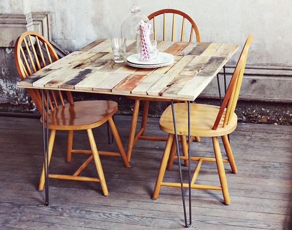 Винтажный стол из тонких дощечек разного цвета и текстуры