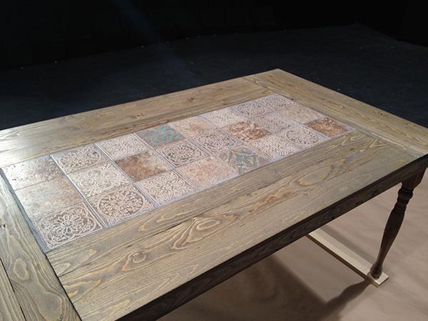 Деревянный стол с узорной инкрустацией