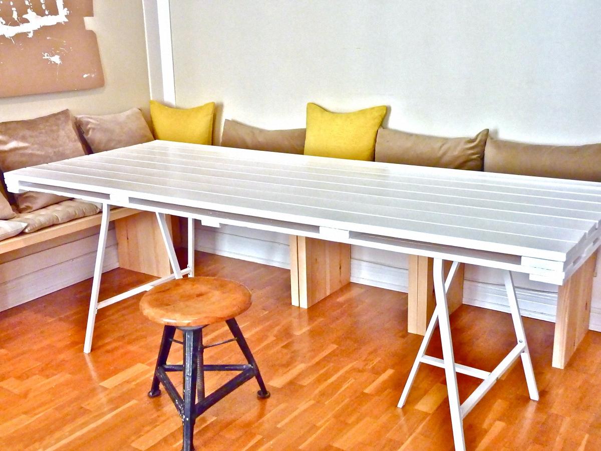 Стол из деревянного поддона, окрашенный в белый цвет