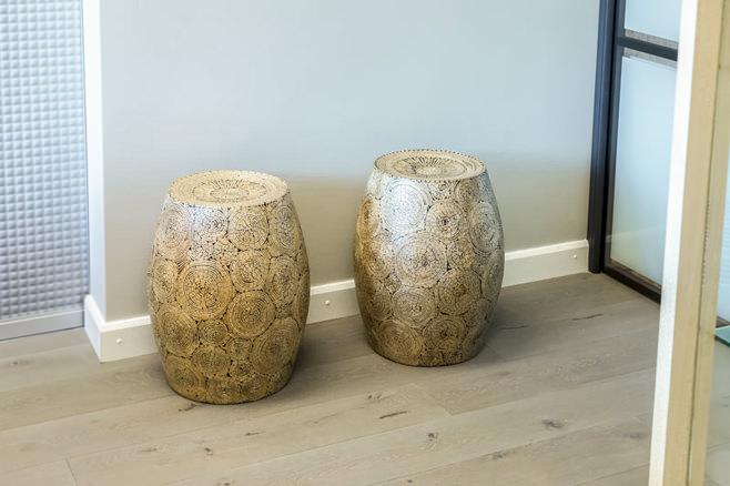 Аутентичные деревянные табуреты в форме африканских барабанов