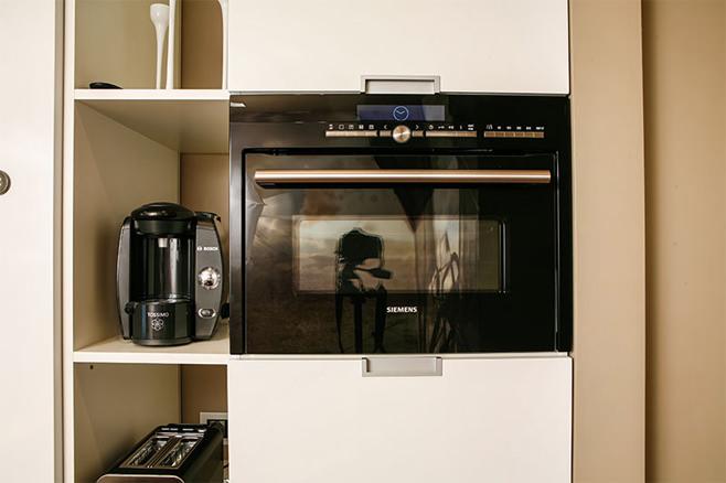 Кофемашина и духовой шкаф в кухонном гарнитуре