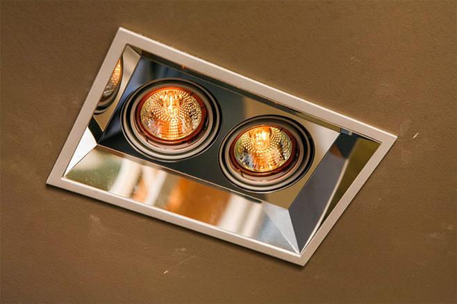 Оригинальные светильники, встроенные в потолок кухни