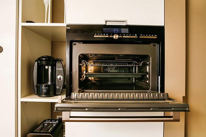 Духовой шкаф, встроенный в кухонный гарнитур