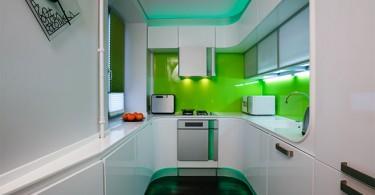 Креативный дизайн интерьера кухни-гостиной в белой гамме с яркими цветными акцентами