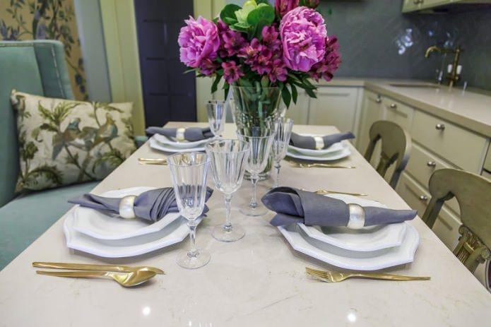 Элегантная сервировка обеденного стола