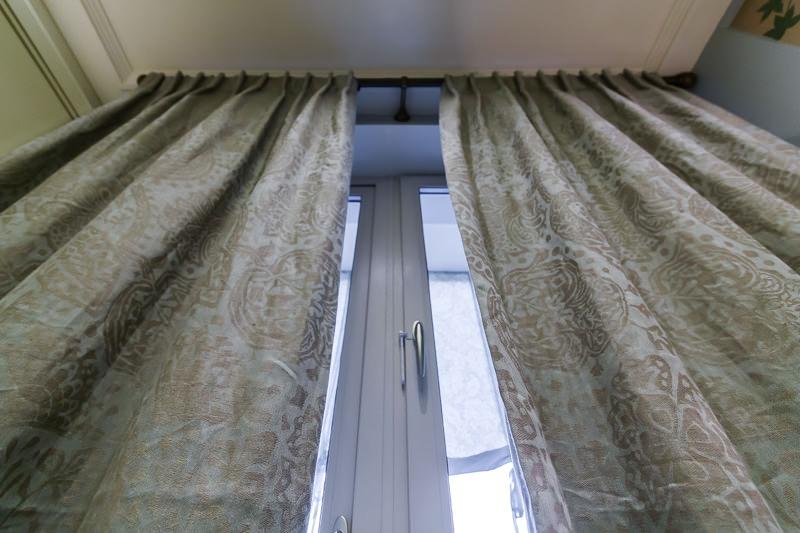 Длинные занавеси на окнах кухни в пастельных тонах