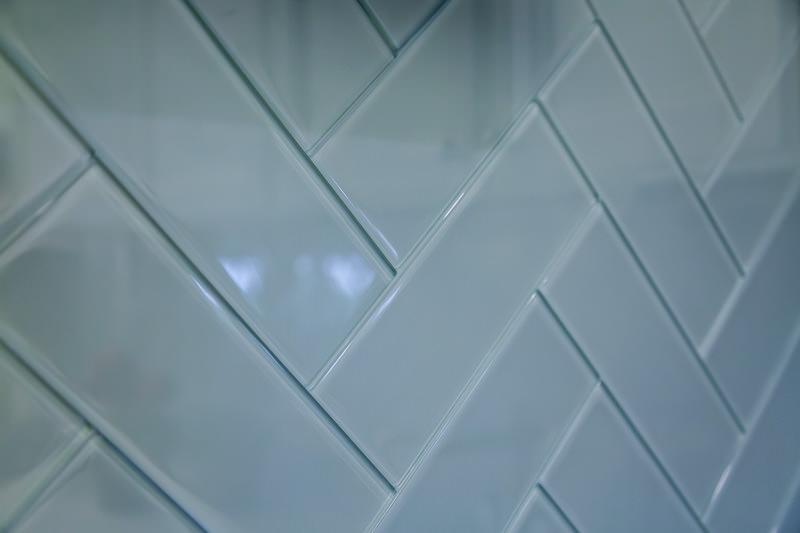 Оформление кухонного фартука серой плиткой «метро»