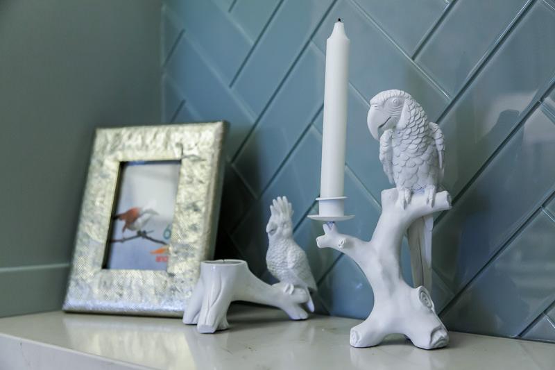 Предметы декора в интерьере кухни: белые керамические статуэтки
